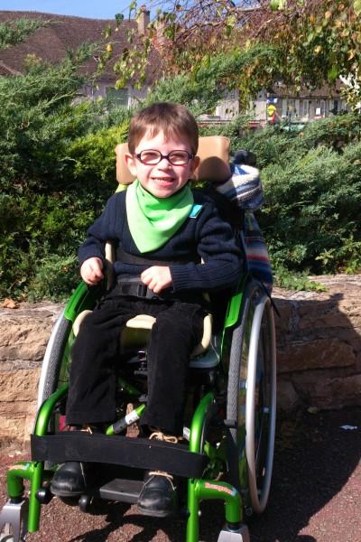 Mon fauteuil roulant avec le quel on me déplace partout ou je doit allé, et il es également équipé d'un siège coque pour mon confort