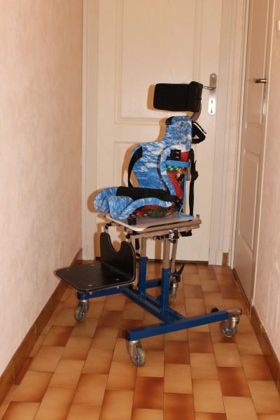 Ma chaise. Elle se compose d'un support et d'un corsait siège fait sur mesure avec un plot adduction.